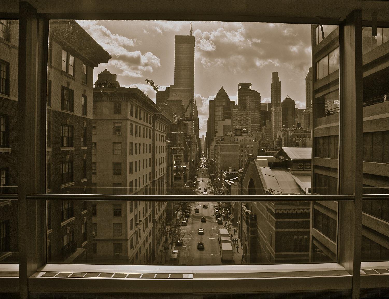 através da janela
