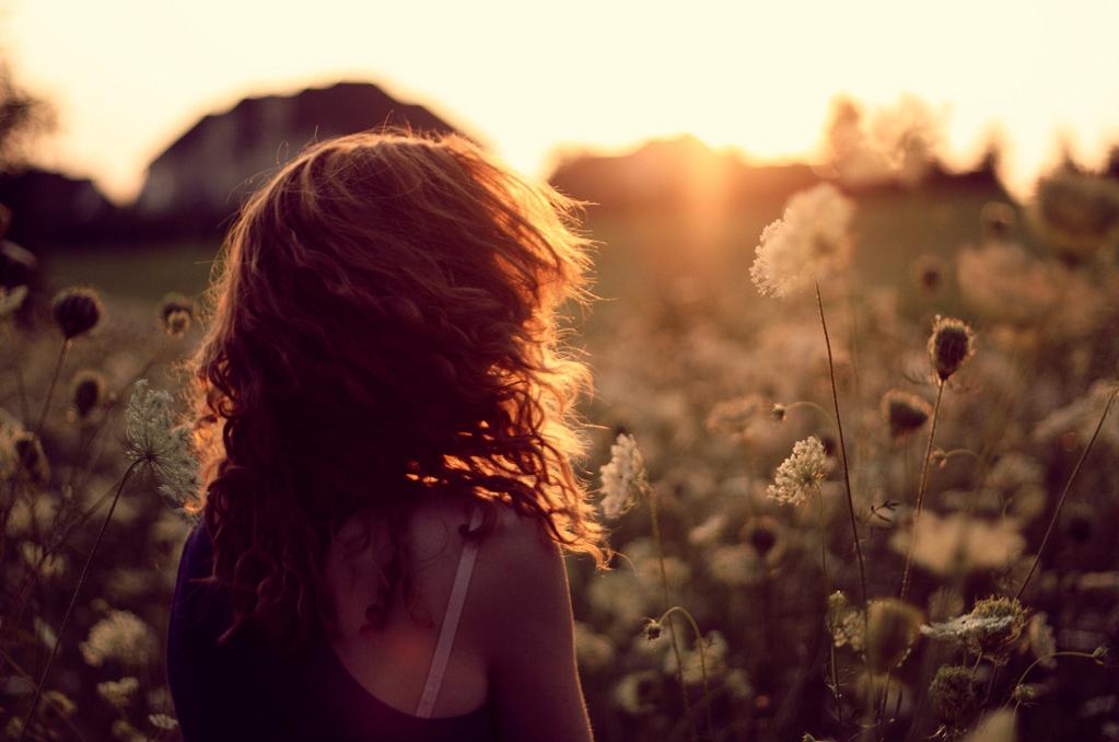 garota olhando o sol